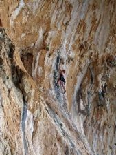 Ulli in Happy Girlfriend 5c+, der leichtesten Route in der Grande Grotta