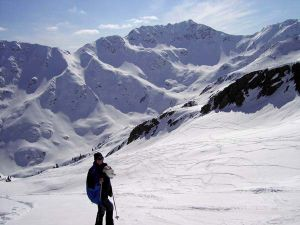 endlose Hänge mit moderater Neigung; dahinter Kaltseetörl (links) und Kreuzeck